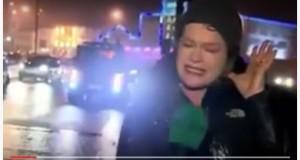 صحفية تتعرض لحادثة خلال تغطيتها نقل الأخبار